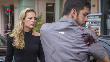Jeiza olhando para o Zeca ferido após tentativa de assalto em A Força do Quererurante ação do trabalho