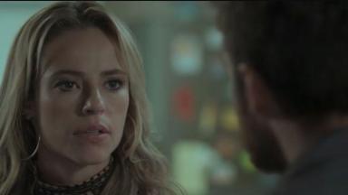 Jeiza olha fixamente para Zeca em cena de A Força do Querer