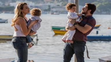 Jeiza e Zeca na praia juntos dos filhos, gêmeos