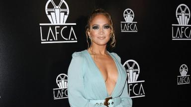 Jennifer Lopez com decotão de vestido azul clarinho