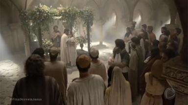 Fieis na primeira igreja em cena de Jesus