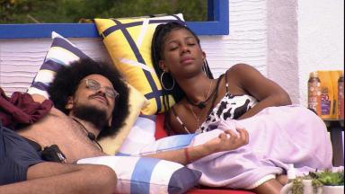 João Luiz e Camilla de Lucas deitados na área externa do BBB21