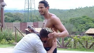 Evandro beija João