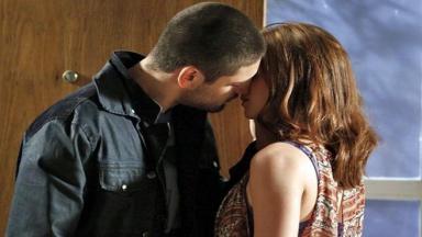 João Lucas e Isis quase se beijando