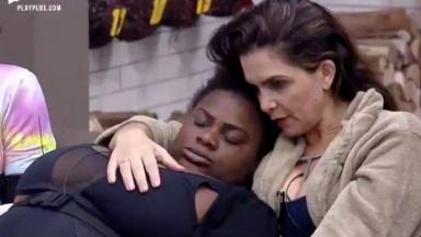Luiza Ambiel com Jojo Todynho, que dorme em seu peito