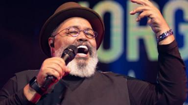 Jorge Aragão canta em show comemorativo de seus 70 anos