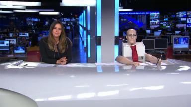 Paloma Tocci ao lado do robô
