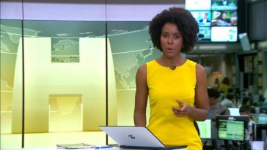 Maju Coutinho de amarelo no Jornal Hoje gesticulando