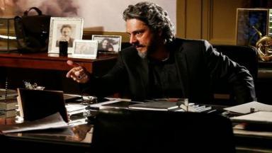 José Alfredo em seu escritório conversando com alguém