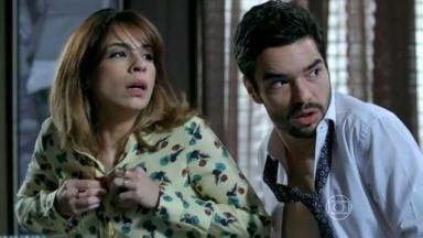 José Pedro e Danielle colocando a roupa em Império