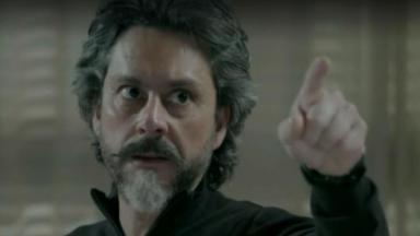 José Alfredo aponta o dedo na direção do pai de Maria Isis
