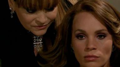 Fina se aproxima por trás de Roberta que está pensativa