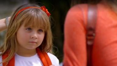 Júlia olha para Ana com desconfiança