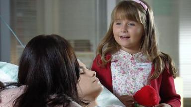 Júlia na beira da cama de Ana fala com Manuela