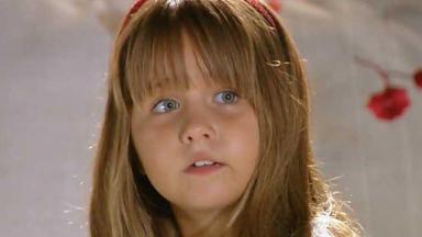 Júlia olhando para Ana