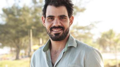 Juliano Cazarré sorrindo