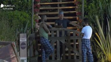 Juliano Ceglia, Biel e Rodrigo Moraes na área externa da Fazenda