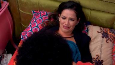 Juliette chorando deitada na cama do quarto colorido do BBB21 enquanto desabafa com João Luiz