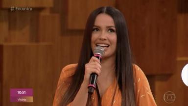 Juliette segurando microfone sorrindo