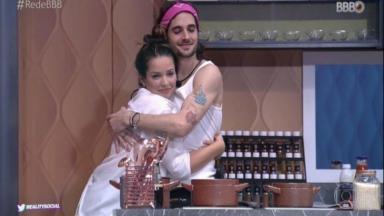 Fiuk e Juliette se abraçando na cozinha da casa dos imunes