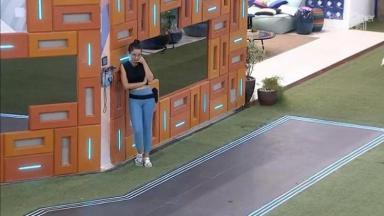 Juliette em pé ao lado do Big Fone na área externa da casa do BBB21