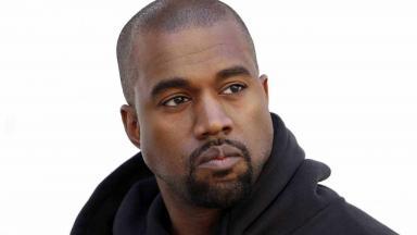 Kanye West sério e de moletom