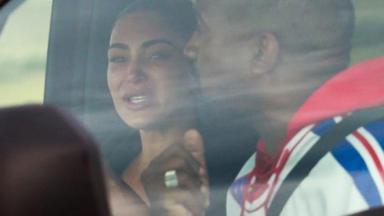 Kim Kardashian chorando ao lado de Kanye West