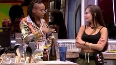 Na cozinha, Karol Conká conversa com Thaís Braz