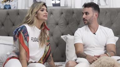 Kelly Key sentada ao lado do marido Mico Freitas