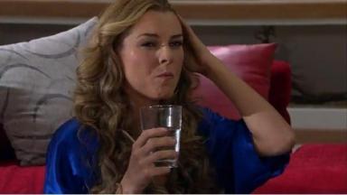 Cena de Amores Verdadeiros, com Kendra segurando um copo de água