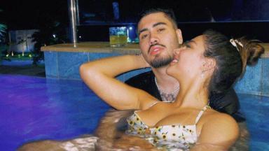Kevinho e Gabriela Versiani na piscina