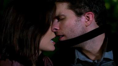 Cleyde e Alan com os lábios próximos um do outro