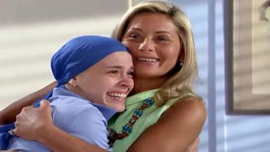 Cena de Laços de Família com Helena abraçada emocionada a Camila, também emocionada