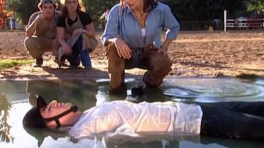 Reynaldo Gianecchini como Edu, estirado no chão após cair do cavalo, em cena da novela Laços de Família