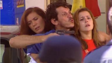 Lilia Cabral e Deborah Secco como Ingrid e Íris em cena de sequestro na novela Laços de Família, em reprise na Globo