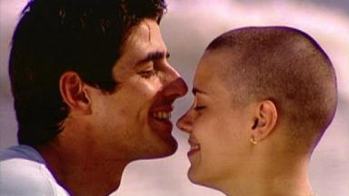 Reynaldo Gianecchini e Carolina Dieckmann, de cabeça raspada, em cena da novela Laços de Família, em reprise na Globo