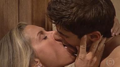 Helena e Edu se beijam em Laços de Família