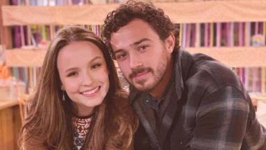 Larissa Manoela e André Luiz Frambach posam juntos