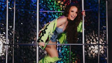 Larissa Manoela dentro de uma gaiola