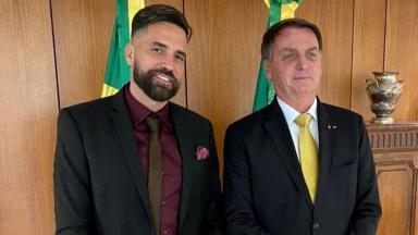 Latino ao lado de Jair Bolsonaro, posados para foto