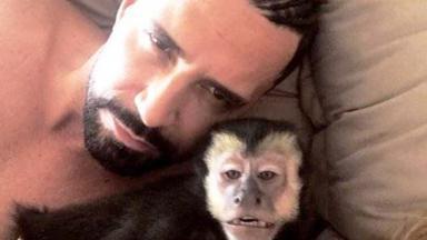 Latino faz selfie ao lado de seu macaco de estimação