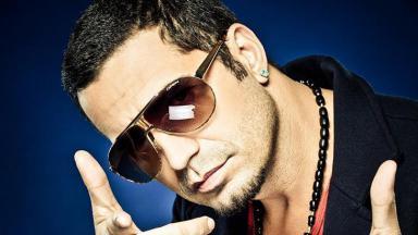 Latino de óculos escuros