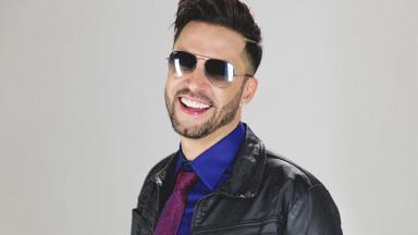 Latino com óculos escuros