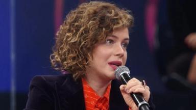 A atriz Leandra Leal, de microfone na mão, solta o verbo contra Jair Bolsonaro no Altas Horas