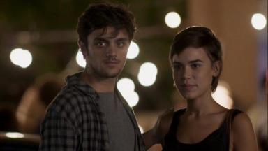 Foto da cena em que Jonatas e Leila chegam ao karaokê