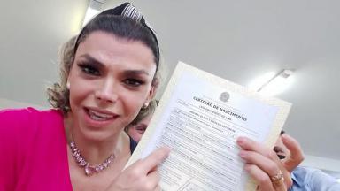 Léo Áquilla exibe nova certidão de nascimento