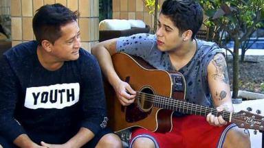 Leonardo olhando Zé Felipe tocar violão