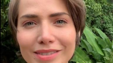 Letícia Colin posa em selfie ao ar livre