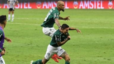 Jogadores do Palmeiras comemorando gol