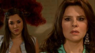 Cristina com olhar de decepção dá as costas para Lili que a observa